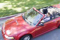 Mann, der das umwandelbare Autolächeln antreibt Lizenzfreies Stockfoto