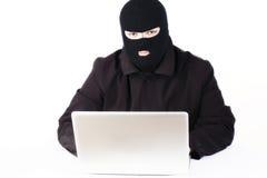 Mann, der Daten von einem Laptop stiehlt Stockbilder