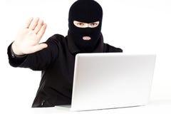 Mann, der Daten von einem Laptop stiehlt Lizenzfreie Stockfotos