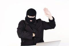 Mann, der Daten von einem Laptop stiehlt Lizenzfreie Stockbilder