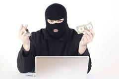 Mann, der Daten von einem Laptop stiehlt Lizenzfreies Stockbild