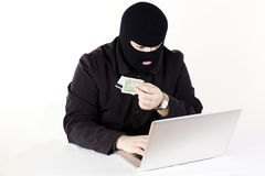 Mann, der Daten von einem Laptop stiehlt Stockfotos