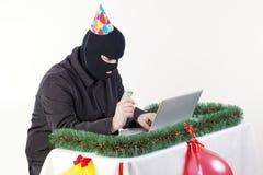 Mann, der Daten von einem Laptop stiehlt Lizenzfreie Stockfotografie