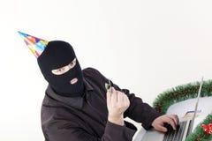 Mann, der Daten von einem Laptop stiehlt Stockbild