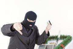 Mann, der Daten von einem Laptop stiehlt Lizenzfreies Stockfoto