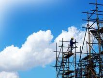 Mann, der an dem Arbeiten auf Höhe arbeitet lizenzfreies stockfoto