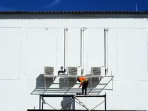 Mann, der an dem Arbeiten auf Höhe arbeitet stockbilder