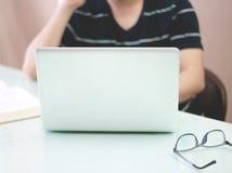 Mann, der an dem Laptop arbeitet Stockbild