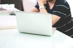 Mann, der an dem Laptop arbeitet Stockfotos