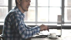 Mann, der an dem Laptop arbeitet stock video footage
