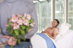 Mann, der dem Patienten Blumen holt stockfoto