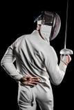 Mann, der den Anzug einzäunend übt mit Klinge trägt Stockfotos