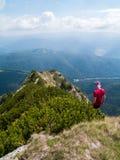 Mann, der in den Bergen wandert lizenzfreie stockfotos