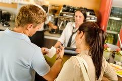 Mann, der den Empfang an der Kaffeezahlung überprüft Stockfoto