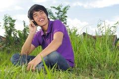 Mann, der den Handy im Freien verwendet Lizenzfreie Stockfotos