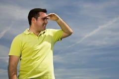 Mann, der den Horizont betrachtet Stockbild