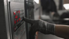 Mann, der den Knopf auf dem Bedienfeld der Industrieanlage von Hand eindrückt Abschluss oben stock video footage