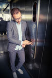 Mann, der den Knopf im Aufzug bedrängt lizenzfreie stockfotos