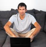 Mann, der den Laptop betrachtet Kamera verwendet Lizenzfreie Stockfotografie