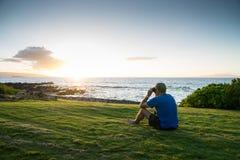 Mann, der den Ozean studiert Stockfotos
