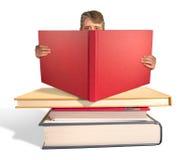 Mann, der den Stapel der großen Bücher liest Stockfotos