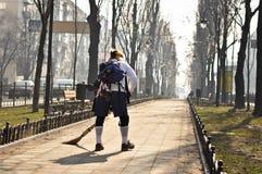 Mann, der den Weg im Park fegt Lizenzfreies Stockfoto