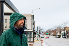 Mann, der an der Bushaltestelle wartet Lizenzfreie Stockfotos