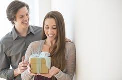 Mann, der der Frau Geburtstags-Geschenk gibt Stockfotos