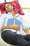Mann, der in der Garten-Hängematte schläft Lizenzfreies Stockfoto