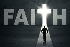 Mann, der in der Glaubentür steht Stockfoto