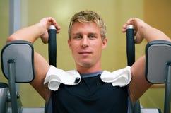 Mann, der in der Gymnastik ausarbeitet Stockfoto