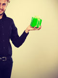 Mann, der in der Hand anwesende grüne Geschenkbox hält Lizenzfreies Stockbild