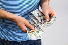 Mann, der in der Hand Geld hält Stockfotografie