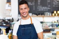 Mann, der in der Kaffeestube arbeitet Stockfotografie