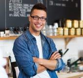 Mann, der in der Kaffeestube arbeitet Lizenzfreies Stockbild