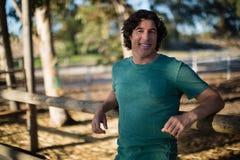 Mann, der an der Kamera in der Ranch lächelt lizenzfreie stockbilder