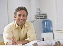 Mann, der an der Kamera lächelt Lizenzfreie Stockbilder