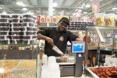 Mann der, der Nüsse verkauft Lizenzfreie Stockfotos