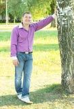 Mann, der in der Natur steht Stockfotos