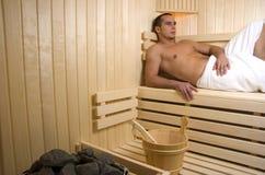 Mann, der in der Sauna stillsteht lizenzfreie stockfotografie