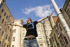 Mann, der in der Straße steht Lizenzfreies Stockfoto
