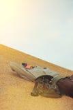 Mann, der in der Wüste stillsteht Lizenzfreie Stockfotografie