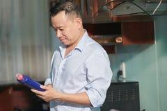 Mann, der die Anweisungen auf dem Reiniger liest stockbilder