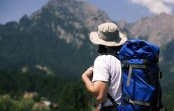 Mann, der die Berge betrachtet Stockfotografie