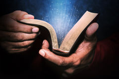 Mann, der die Bibel anhält lizenzfreie stockbilder