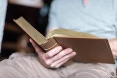 Mann, der die Bibel liest Stockfotos
