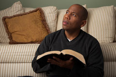 Mann, der die Bibel studiert Stockfotos