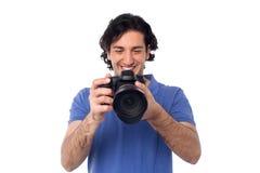 Mann, der die Bilder in camera gespeichert betrachtet Lizenzfreies Stockfoto