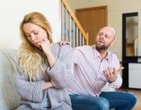Mann, der die deprimierte Frau tröstet Stockfotos