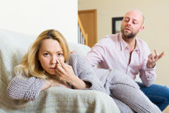 Mann, der die deprimierte Frau tröstet Stockbilder